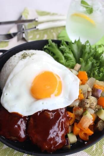 夏野菜のたっぷり入ったロコモコプレート。サイコロ状の彩りのいい野菜をどんぶりに添え、野菜も一緒に召し上がれ!最後に目玉焼きをプラスすることで、栄養素もアップ。カフェででてきそうなロコモコ丼に!