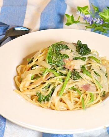 ほうれん草、玉ねぎ、ベーコン等の食材をカットし、あとは他の材料と電子レンジに入れるだけ!とても簡単お手軽なパスタのワンプレートレシピ。「今日はご飯を作りたくないな」そんな時に、是非作ってもらいたいメニューです。ほうれん草をキノコやブロッコリー等、お家にある好きな野菜で、作ってみてくださいね。