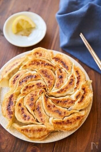 ささみを叩いてミンチにすることで、梅や青じそに合うヘルシーな餃子に。レモン胡椒をつけるさっぱりとした食べ方で、いつもと違った味わいを楽しんで。