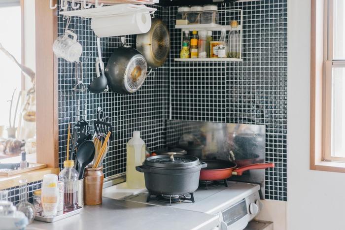 簡単にできるのが、キッチンの壁にリメイクシートを貼ること。洗い物や調理をする場所なので、耐水性のあるタイプがおすすめです。キッチンの印象を変えるだけでなく、油跳ねなど汚れから守ってくれます。お手入れも拭くだけで簡単で、汚れが気になりだしたら気軽に剥がして張り替えも可能◎