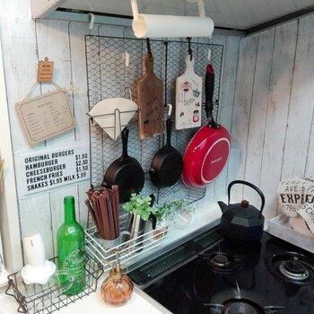 壁に焼き網を取り付けるだけのお手軽収納。リーズナブルにおしゃれなアンティーク風が叶います。フライパンやキッチンツールを吊るして使いましょう。
