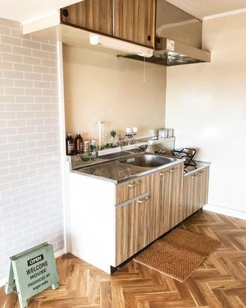 耐水性のある剥がせるリメイクシートを壁に貼って。キッチン全体の雰囲気をイメチェンしたいときにもどうぞ!