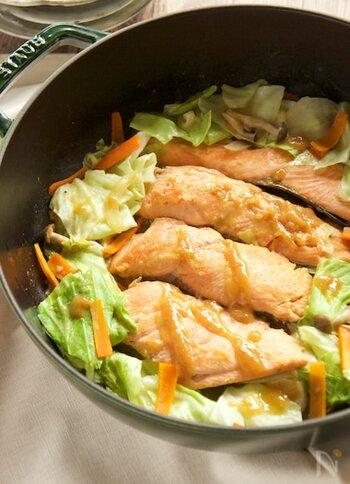 北海道を代表する郷土料理。おいしく調理するコツは、まず新鮮な鮭を用意すること。さらに、鮭に火が通ったら高い温度でざっと一気に混ぜる。もともとは鉄板で作っていた漁師レシピなので豪快ですね。味噌だれにはみりんやバター、砂糖が入っているので甘めな味付けなため、子供にも喜ばれること請け合い。