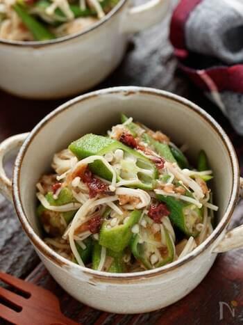 レンジで作ることができる、夏にお役立ちな副菜レシピです。梅の赤が映えて彩り良く、あと一品にぴったり。