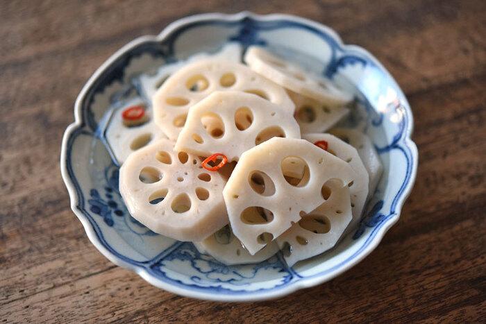 ちらし寿司や副菜、お弁当のおかずにも重宝する酢れんこんのレシピです。歯ごたえをよくするために、5~6mmと厚めに切るのがコツ。薬膳の考えでは熱を取ってくれる作用があるので、暑い季節にもぴったり。ぜひ常備菜として用意してはいかがでしょうか。