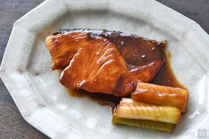 ご飯がどんどん進む魚料理の定番。手順を覚えてしまえばとても簡単なので、ぜひマスターしたい家庭料理のひとつですね。30分ほどたれに漬けて下ごしらえします。その後は、一度キッチンペーパーでたれを拭き取ってから焼き始めましょう。最後に残していたたれをフライパンに入れてしっかり煮詰めるのがコツ。おいしいぶり照りが完成!
