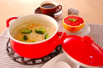 鶏肉や根菜を入れた具沢山スープにオートミールをプラス。ミルクで煮込んだまろやかな味わいが魅力です。