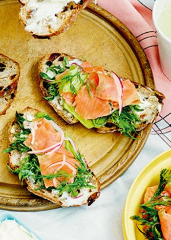 クリームチーズもディルと相性が良い食材です。サーモンと組み合わせれば、最強。簡単だけれど、ちょっと贅沢なオープンサンドの出来上がり♪