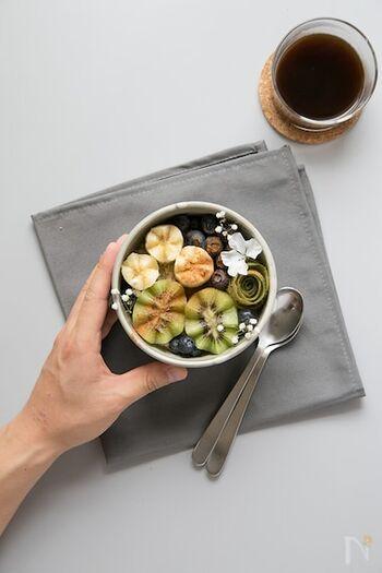 忙しい朝に調理するのではなく、夜のうちに...。オートミールを豆乳&ヨーグルトにつけておくだけの簡単レシピ。こちらはシナモンバナナをプラスしたバージョンのオーバーナイトオートミール。食べる直前に好きなフルーツをさらにトッピングすれば、爽やか&フレッシュな味わいも楽しめますよ。