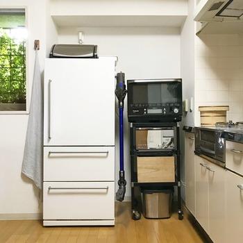 キッチンに掃除機を収納するアイデアもあります。  掃除機も浮かせて収納すれば、狭いスペースに無理なく収まりますね。 使っているフックは、強力マグネットを使用した耐荷重10㎏のものなのだそう。