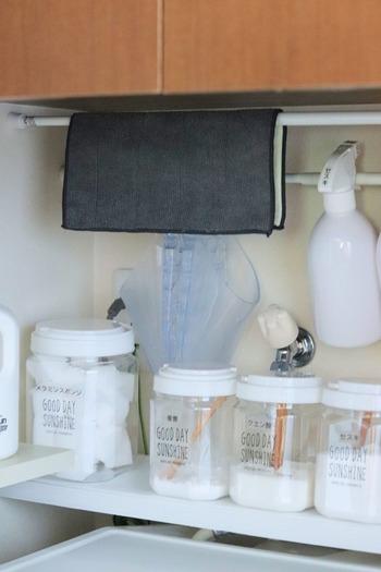洗剤類は、見た目が似ているものが多いので、詰め替え後はラベリングをお忘れなく。 こちらは、よく使う洗剤類やスポンジ、雑巾類を洗濯機の上にまとめて収納しています。