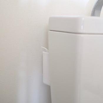 吸盤付きのミニホルダーを用意すれば、スポンジやウエスなども隠しながら収納できます。