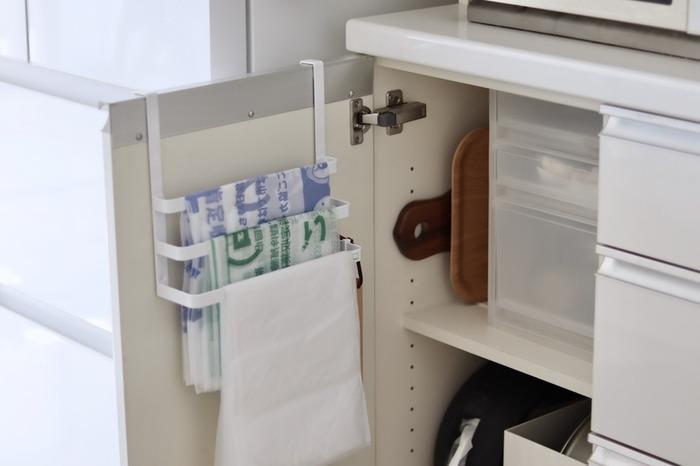 瓶や空き缶、プラスチック容器、生ごみ…キッチンは家の中でいちばんゴミの出る場所ともいえます。ごみの種類も多いので、分別にも一苦労ですよね。  便利アイテムを使えば、キッチン戸棚の裏側に用途違いのごみ袋をキレイに収納できます。一枚ずつ手に取れるので、イライラもなし!表側は、タオルホルダーになっていて、無駄がありません。