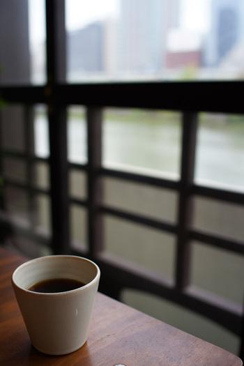レトロな外観とは打って変わって、店中に入ると一気にモダンな空間が広がります。窓の外をながめれば土佐堀川の流れが一望できるのも、このお店ならではです。