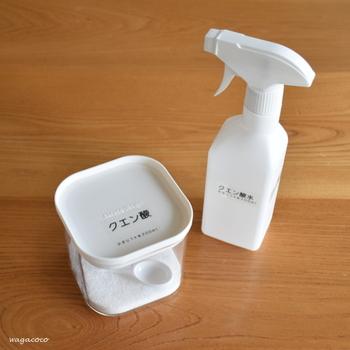 水垢を落とすのに効果的なクエン酸や、手垢汚れに強い重曹は、エコクリーニングアイテムとしてお持ちの方も多いかもしれませんね。  これらの粉末は湿気を防ぐため、密閉できる容器に移し替えておくといいでしょう。スプーンも一緒に入れておけば、軽量も楽々です。