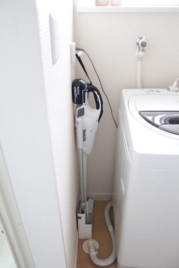 サブ機としても便利なスティック掃除機は自立しないものが多いので、別売のスタンドや壁にフックを取り付けるなどして、賢く収納しましょう。掃除機の隣には、フローリングモップとハンディモップをまとめて収納しています。  洗面所は、髪の毛や洗濯物のホコリが出やすい場所。洗濯機横のデッドスペースに掃除道具を収納しておけば、気になったときにこまめに掃除ができるので、汚れを溜め込むこともありませんね。