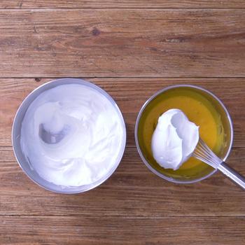しっかりしたメレンゲを立て、1/3を卵の生地に入れて持ち上げるようになじませたら、残りもヘラですくうように混ぜていきます。