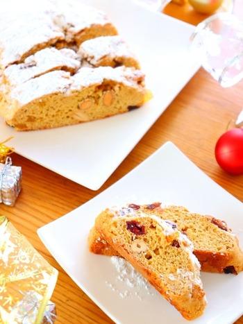 ホットケーキミックスで作るとても簡単なシュトーレン。クリスマス用ですが、ドライフルーツを夏らしいものに変えるなどアレンジすれば、手軽にサマーシュトーレンに変身しますよ。黒糖が使われており、深みのある素朴な甘さも楽しめますね。強力粉を使って発酵させるなどの工程は、ハードル高い…というひとに、伝えたいレシピです。