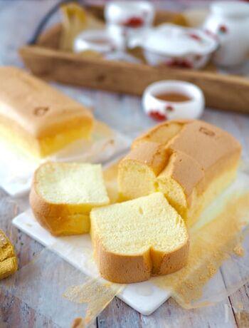 こちらは、ホットケーキミックスやサラダ油など身近で手軽な材料を使った台湾カステラ。パウンド型で、焼き時間も短縮しています。
