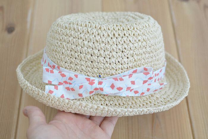 夏に大活躍の帽子。リボンが汚れてしまっていたら、新しいものに変えてみましょう♪リボンをつけると、帽子のアクセントになるだけでなく、目印にもなりますね。リボンがない帽子にも、布とゴムだけで簡単に作ってつけることができますよ。余ってる布でいくつか作って、気分で使い分けたい!