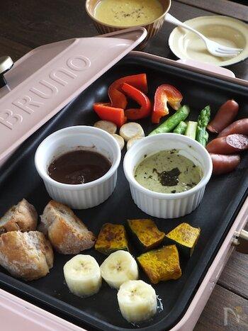 バジルマヨとチョコフォンデュ風の2種類のソースを用意した、ホットプレートで具材と一緒に温めるだけのフォンデュ。王道のチーズに他に、バラエティに富んだディップソースを用意すれば、さらに楽しくなります。