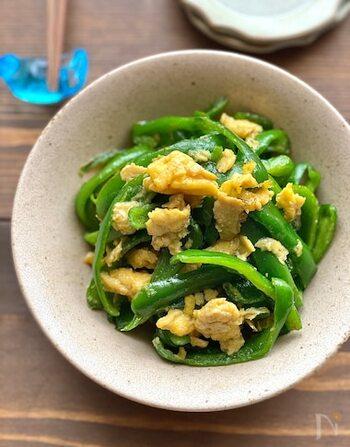 あと一品ほしい時に手早く作れる炒め物。付け合わせにしたり、一皿盛りにしても、卵の黄色とピーマンの緑の色合いが鮮やかで、食卓が華やかになります。冷蔵保存だけでなく冷凍保存で約3週間ほど保存が可能なので、いっぱいまとめて作っておくと良いかも。