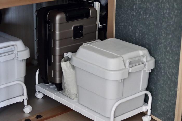 さらに、手前に置く荷物はキャスター付きのキャリー台を使うことで、奥にあっても簡単に出し入れができます。