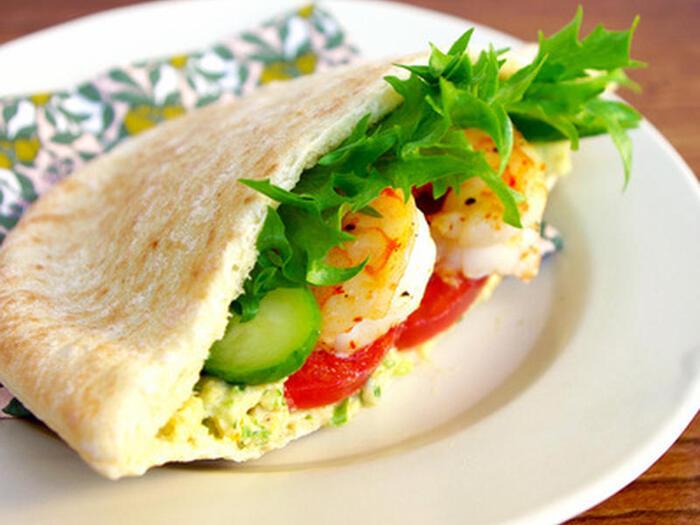 クラッカーやパンなどと合わせて、ディップとして食べることも多いフムス。地中海のパン「ピタ」とも、もちろん相性GOOD!グリルした海老や野菜と一緒に挟めば、彩りキレイ、ヘルシーなピタサンドに。