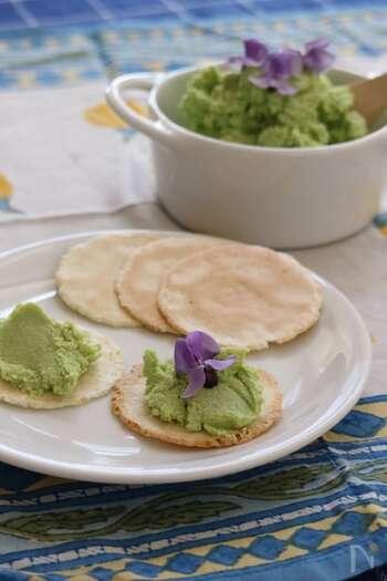 夏らしい風味や香りを楽しめる枝豆のフムス。さらに鮮やかなグリーンに仕上がるので、テーブルの彩りにもなってくれそうです。