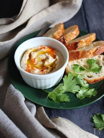 ひよこ豆よりも手に入りやすい、市販の蒸し大豆で作るフムス。白だしを入れてほんのり和風に。お味噌や豆腐が大豆ということを思えば、この味付けももちろん合いそうですね!