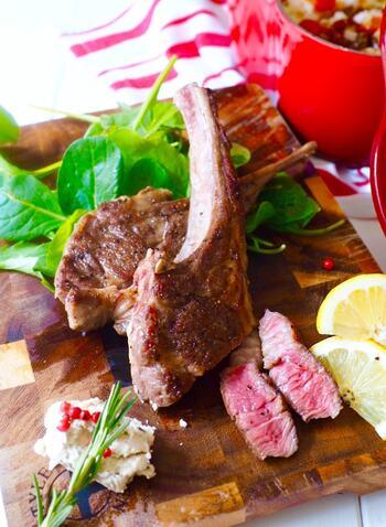 羊肉は中東料理では定番の食材。香ばしく焼き上げたラムに負けないよう、フムスも濃厚に仕上げるのが美味しいのだそうです。