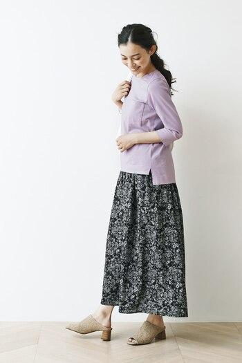 黒の小花柄スカートを使った大人フェミニンなコーデにはピンクもぴったり。少し紫がかったカラーにすると、大人っぽい印象を維持しやすいです。