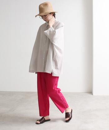 グレーがかった白シャツを使った都会的かつナチュラルなコーデは、差し色ピンクがぴったり。スタイリッシュな雰囲気をさらに盛り上げてくれます。
