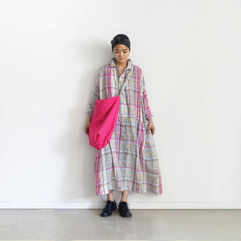 差し色ピンクはバッグなどの小物で取り入れるのもおすすめ。普段カラーアイテムは使わない人でも、気軽に使うことができます。意外とどんなカラーとも合わせやすいです。