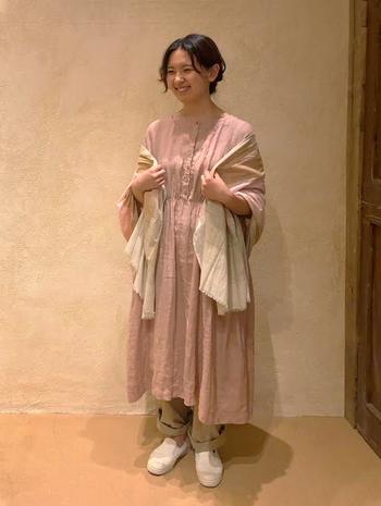桜色は可愛らしいフェミニンなイメージを作りたいときにおすすめ。ワンピースは特に甘くなりがちなので、他のアイテムやシルエットで調整して。