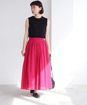 甘くなりそうなピンクのフレアスカートも、黒×差し色ピンクなら甘さを抑えたかっこいい印象に。女性らしく、でも甘くない絶妙コーデに仕上がります。