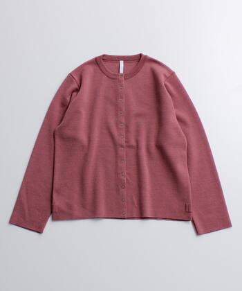 シンプルな形のカーディガンと大人っぽい深みピンクは相性ぴったり。シンプルなコーデに羽織るだけでぐっとおしゃれに。