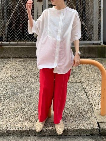 パキっとしたピンクはかっこいい系コーデにも使えます。ゆるめサイズのセンタープレスパンツならキレイめな雰囲気を維持しつつカジュアルにも合わせやすい。