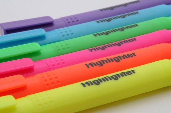 文字情報が多くなる横罫ノートを見やすくするために、見出しにアクセントをつけましょう。本文より太めのペンで書いたりマーカーを引いて目立たせることで、文字の羅列が多くなっても分かりやすく読みやすいです。マスキングテープやシールなどを使用しても良いですね。