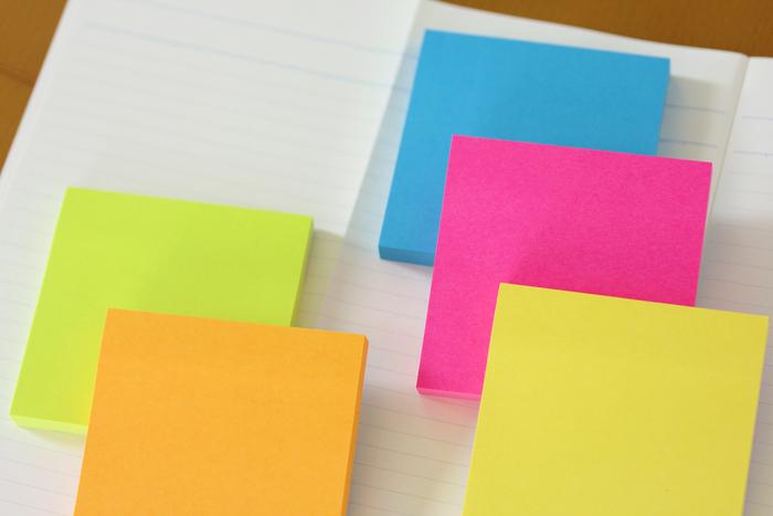 付箋にメモしたいことを書き、貼り付けてまとめるだけの付箋ノート。思いついたことをすぐメモできて、貼る、剥がす、移動などの操作が簡単なので関連情報をまとめやすく、頭の中を「見える化」できます。他にも自分が得た知識や情報を俯瞰できる・要約力がつく・不要な情報を捨てやすい、などメリットがたくさん。実際に国家試験の勉強法として広く知られています。