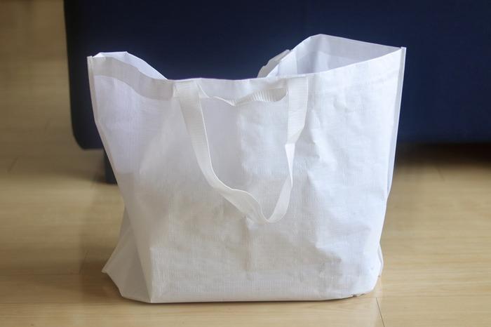 店内で大きなサイズのものを購入した際に入れてもらう生地がしっかりめの大容量エコバッグ。品物の大きさによって3サイズあり、持ち手が2wayタイプなので、持ち運びしやすくて便利です。1袋につき150円ですが、再びお店に持ってけば返金してくれるので気兼ねなく利用できるのも嬉しいところ。