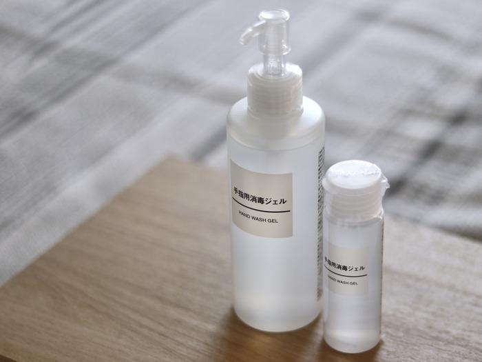 ドラッグストアでも売り切れることの多いアルコール消毒液がジェル状で無印良品からも登場しています。ポンプ式の大サイズからキャップ式のタイプもあり、潤い成分配合の日本製です。シンプルなデザインで玄関などにも置きやすく便利。