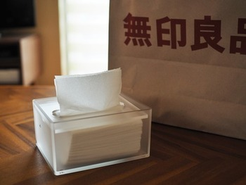 売れ筋の「重なるアクリルボックス」と同シリーズの「アクリル卓上用ティシューボックス」。ポケットティッシュを入れて使う、ティッシュの無駄遣いを防ぐエコな一品です。洗面所や食卓の口拭きにおすすめ。