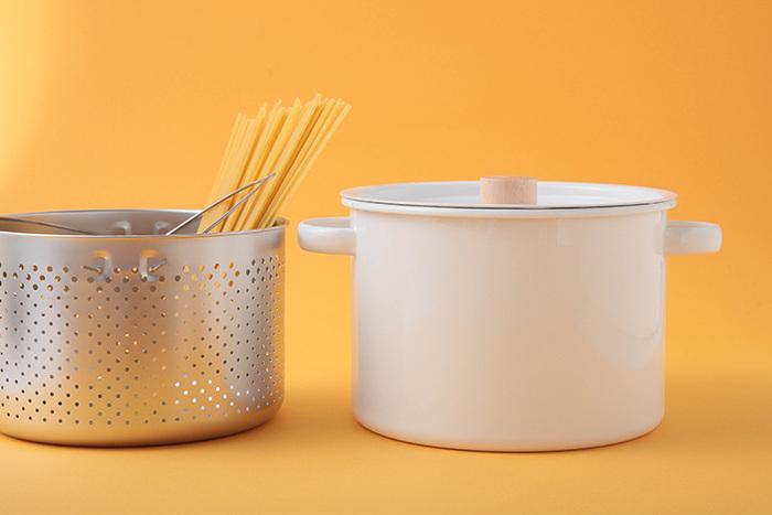 小泉誠氏がデザインを手がけた、良質なホーローのキッチン道具シリーズ「カイコ」。日本の職人と日本でつくるシンプルイズベストなホーロー鍋です。日本の暮らしになじむデザインと、潔いシンプルさが魅力。大きな開口になっているので、洗いやすくお手入れもラクに。持ちやすく熱くなりにくい木の取手も魅力です。   ※変更前 持ちやすく熱くなりにくい木の取手や、熱をしっかりと受け止める底広のデザインが特徴です。