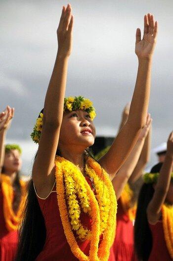 フラダンスの曲にも使用されることが多い『kawaipunahele』。歌声に揺られながらゆっくり流れる時間を楽しめば、ハワイの優しい風を感じることができるかもしれません。