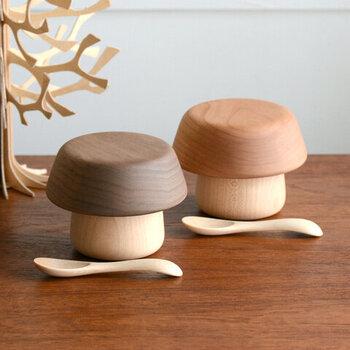 こちらはキノコの形をした、木製のベビー食器。おしゃれなものや可愛いものを選んで、出産祝いにプレゼントしてみてはいかがでしょうか?