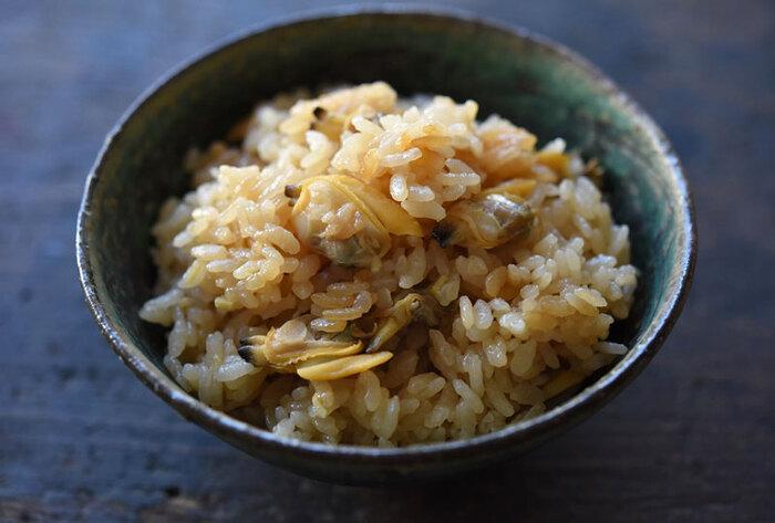 砂抜きしたあさりでまず作りたいのは、シンプルな炊き込みご飯。蒸したあさりの出汁を使って炊くので、簡単な味付けでも深い味わいになります。