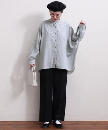 フレアーシルエットのイージーパンツに、オーバーサイズなシャツを合わせて。小物も含めてモノトーンでまとめたことで、小粋な雰囲気に仕上がっています。