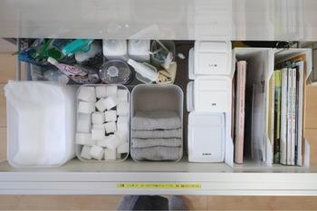 こちらのお宅では、キッチンシンクの下の引き出しに、洗剤や排水溝ネット、メラミンスポンジなどをまるっと収納しています。  ボトルのフタにラベリングするなど、上から把握しやすいように工夫すれば、何がどこにあるのか管理しやすくなりますね。