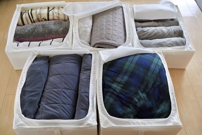 かさばる布団収納には、IKEAの「SKUBB」が圧倒的人気。折りたたんでも、丸めて入れてもOKで、四隅がしっかりしているので重ねても気持ちよく収まります。